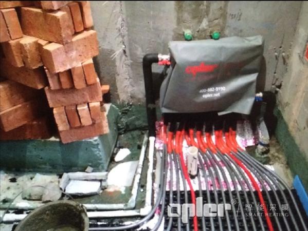 安装分集水器并套上分集水器保护套